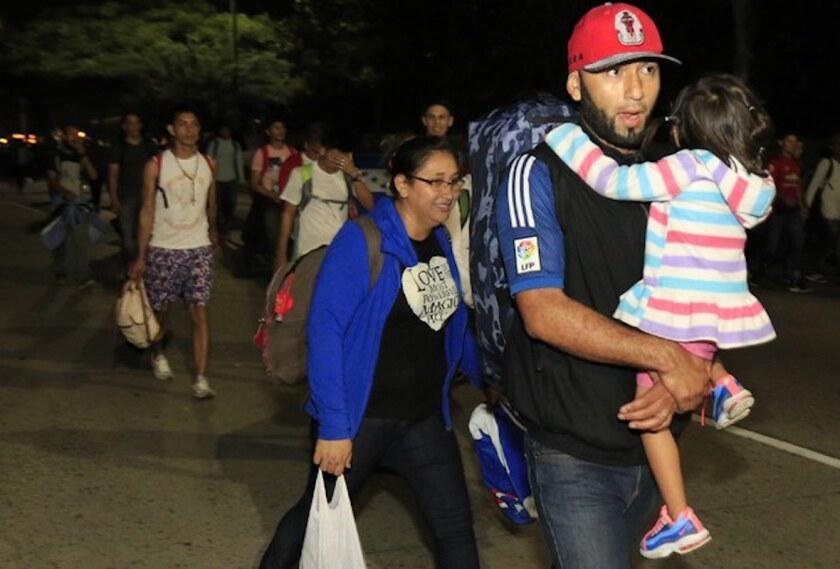 Migrantes parten a pie desde San Pedro Sula, Honduras, con la esperanza de formar el tipo de caravana que llegó a la frontera de México con Estados Unidos en 2018.