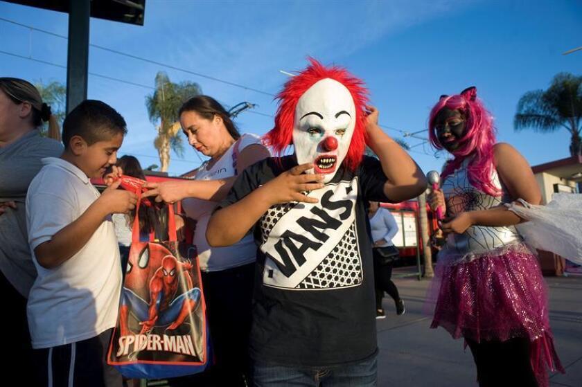 Niños mexicanos esperan en una parada de autobús, en San Diego, California (EE.UU.) durante la celebración de Halloween hoy, miércoles 31 de octubre de 2018. EFE