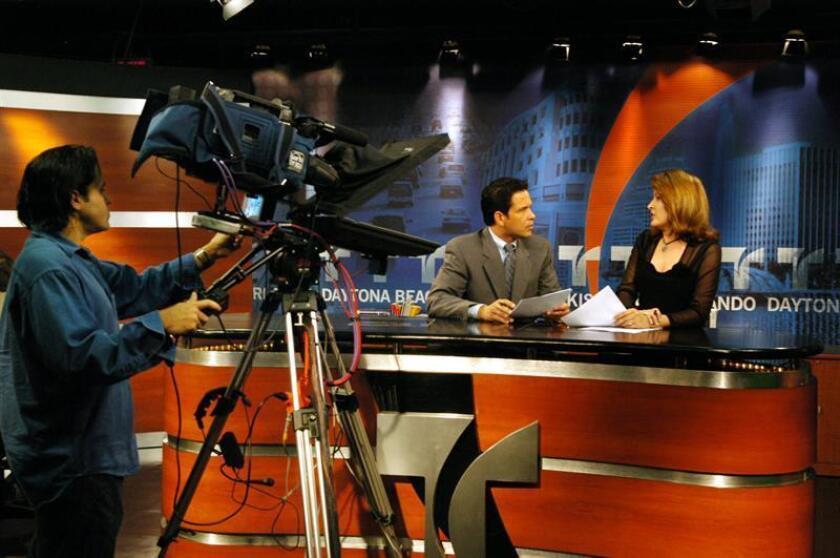 El presentador del noticiero local de Telemundo, el puertorriqueño Luis Mercado, recibe instrucciones de la directora de noticias Claribel Collazo, el 5 de noviembre, durante un ensayo del noticiero ubicado en la ciudad de Orlando, Fl (EE UU). EFE/Archivo