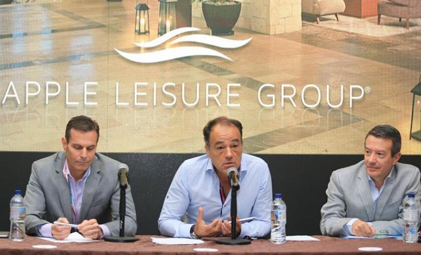 El presidente de AMResorts, Gonzalo del Peón (i); el director de Apple Leisure Group, Alex Zozaya (c), y el presidente de Apple Lesiure Group, John Hutchinson (d), ofrecen una conferencia de prensa en el marco del Tianguis Turístico, en Mazatlán, Sinaloa(México) hoy, lunes 16 de marzo de 2018. EFE