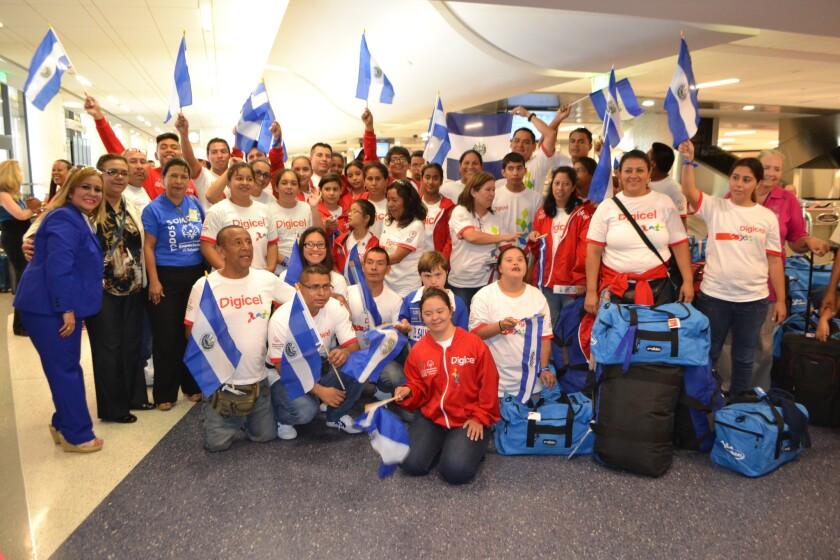 Atletas salvadoreños fueron bienvenidos en el aeropuerto de Los Ángeles.