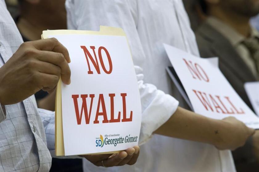 El Consejo de la ciudad de Flagstaff (Arizona) votó hoy una resolución para oponerse al muro fronterizo propuesto por el presidente Donald Trump, e impedir que la ciudad realice negocios con compañías constructoras y que se dañe el medioambiente. EFE/Archivo