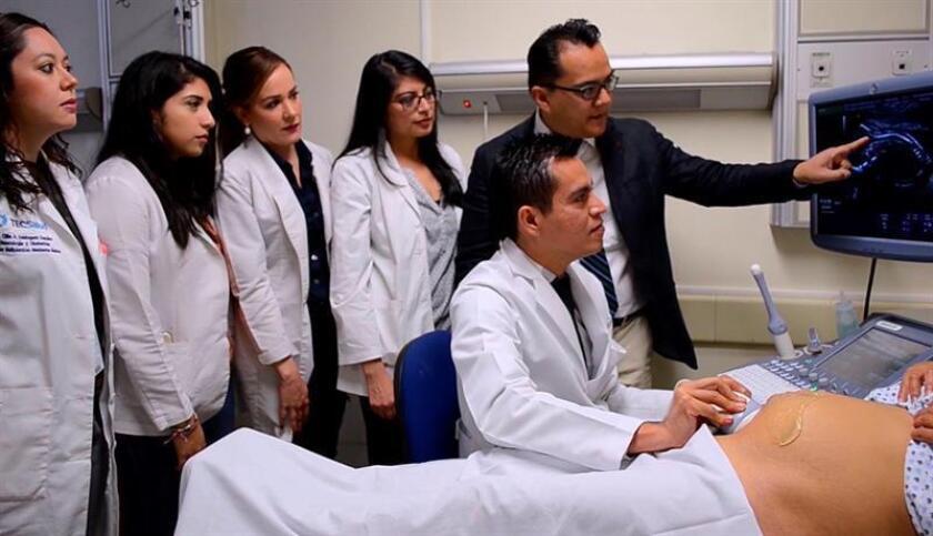 Fotograma extraído de un vídeo fechado el 5 de febrero de 2018, que muestra un grupo de médicos atendiendo a una mujer en el Hospital de Especialidades del Niño y la Mujer en la ciudad de Querétaro (México). EFE/Sergio Adrian Ángeles/MEJOR CALIDAD DISPONIBLE