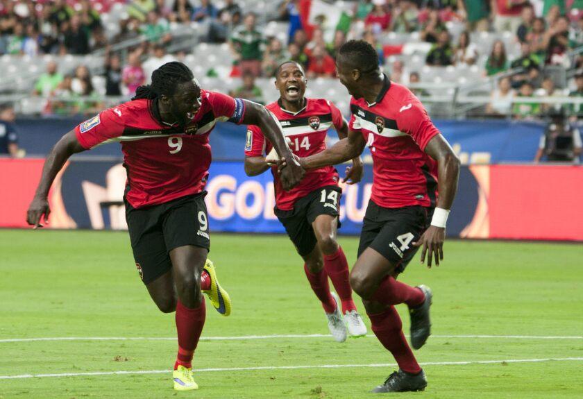 Sheldon Bateau (d) de Trinidad y Tobago celebra su gol ante Cuba con sus compañeros Kenwyne Jones (i) y Andre Boucaud (c) hoy, domingo 12 de julio de 2015, durante un partido de la Copa de Oro en el estadio de la Universidad de Phoenix.