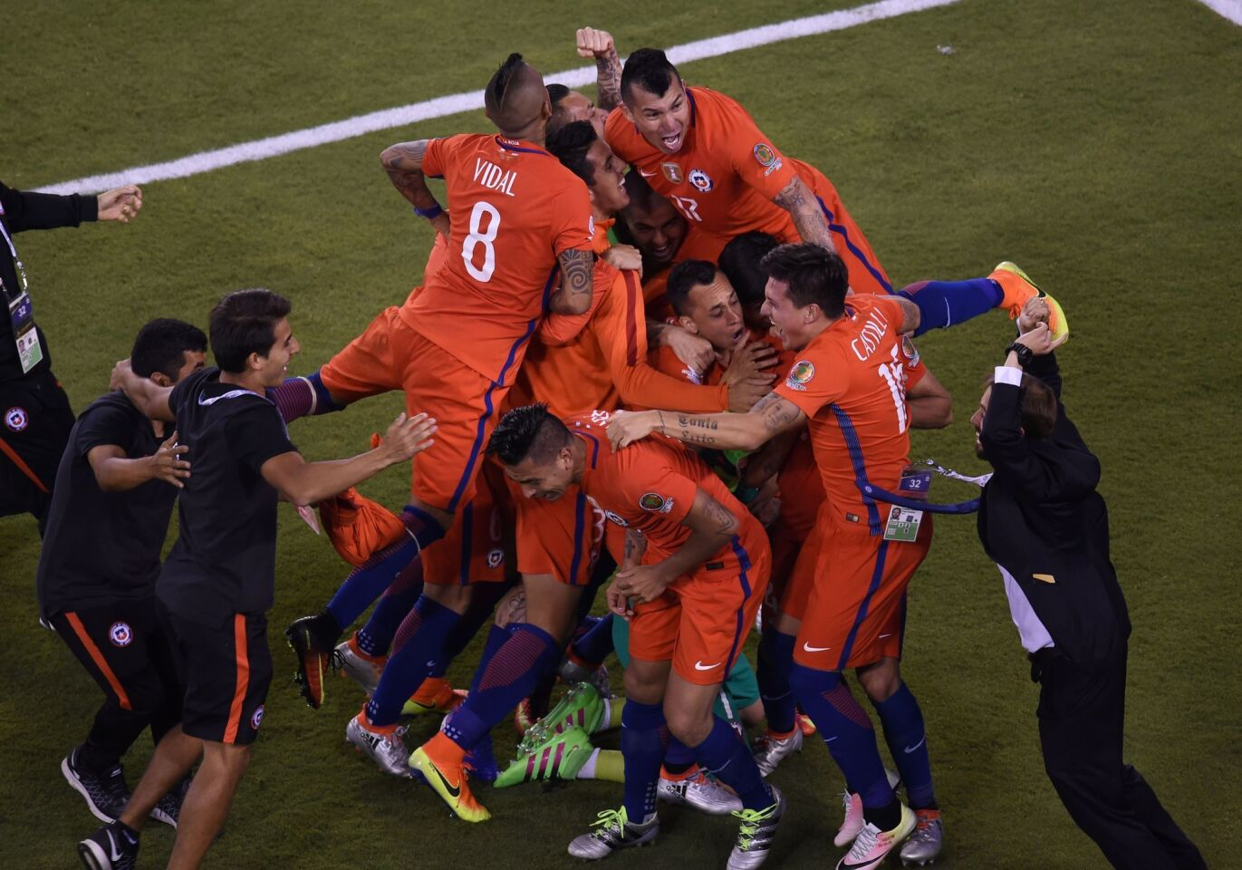 Chile's players celebrate after defeating Argentina in the penalty shoot-out and winning the Copa America Centenario final in East Rutherford, New Jersey, United States, on June 26, 2016. / AFP PHOTO / DON EMMERTDON EMMERT/AFP/Getty Images ** OUTS - ELSENT, FPG, CM - OUTS * NM, PH, VA if sourced by CT, LA or MoD **