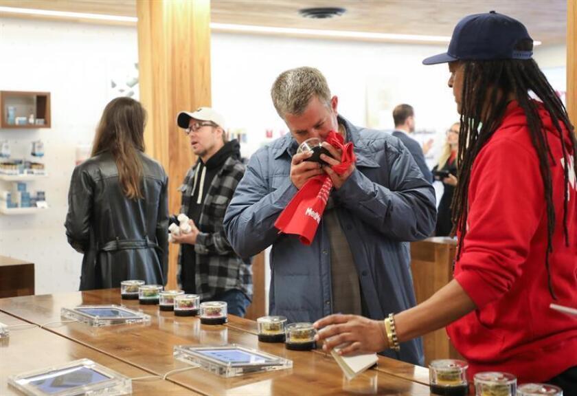 Clientes huelen cannabis en el dispensario MedMen mientras compran productos de marihuana recreativa en West Hollywood, California (EE.UU.), el martes 2 de enero de 2018. EFE/Archivo