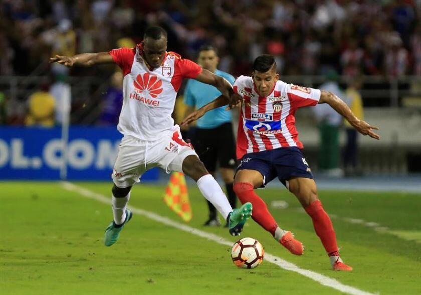 David Murillo (d) de Junior disputa un balón con Baldomero Perlaza (i) de Santa Fe hoy, en el partido de vuelta de las semifinales de la Copa Sudamericana entre los colombianos Atlético Junior e Independiente Santa Fe, en el estadio Metropolitano en Barranquilla (Colombia). EFE