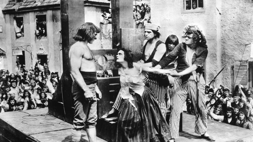 Pola Negri encarna a la escandalosa conspiradora consorte de Luis XV, Madame Du Barry (centro), en la película homónima de 1919 (UCLA Film and Television Archive).