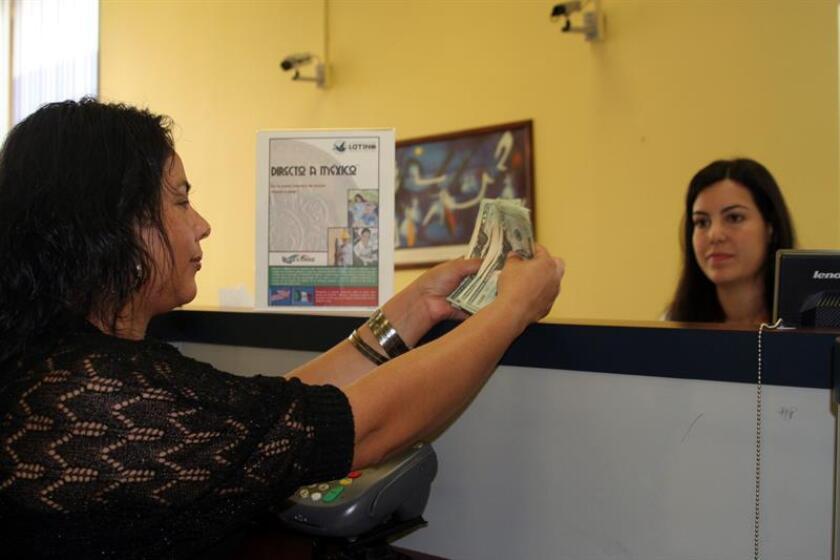 Las remesas a Latinoamérica aumentaron en 2016 un 8%, hasta los 70.000 millones de dólares, algo que responde a diversos factores entre los que destaca la incertidumbre política tanto en países emisores como receptores y la crisis centroamericana, según el estudio anual de Diálogo Interamericano. EFE/ARCHIVO