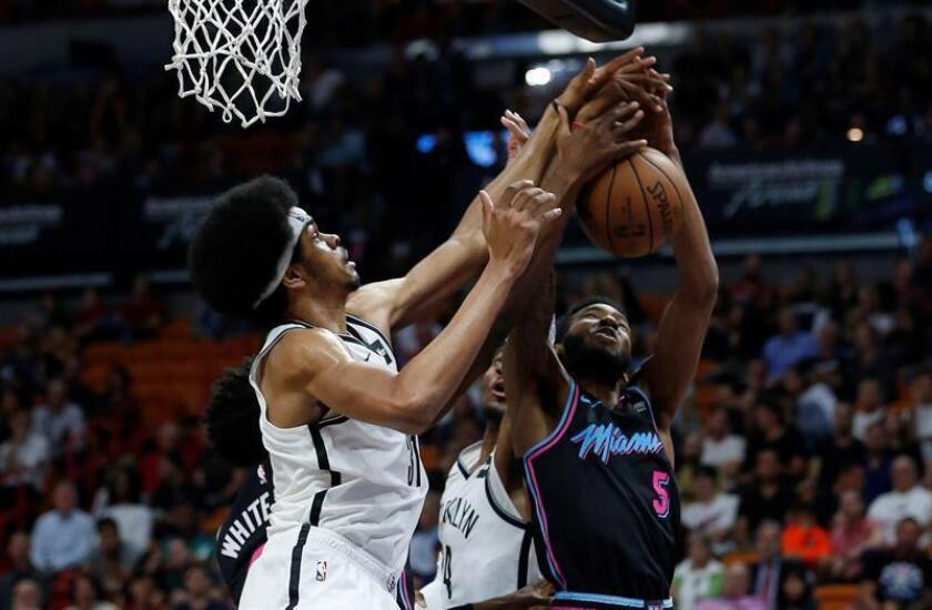 El central Jarrett Allen (i) y el delantero Rondae Hollis-Jefferson (c) de Brooklyn Nets en acción ante el delantero Derrick Jones Jr. (d) de Miami Heat hoy, durante un juego entre Brooklyn Nets y Miami Heat de la NBA en el American Airlines Arena en Miami, Florida (Estados Unidos). EFE
