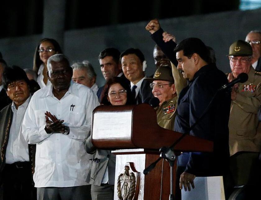 El presidente de Venezuela, Nicolás Maduro (d), saluda junto al presidente cubano Raúl Catro, en el acto celebrado para despedir al fallecido Fidel Castro, en la Plaza de la Revolución de La Habana (Cuba). EFE
