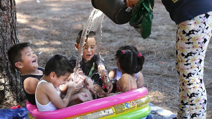 Las familias hacen cualquier cosa para mantenerse frescos, principalmente a los menores.