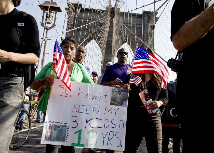ARCHIVO - En esta foto del 5 de octubre de 2013, la ecuatoriana Martha Gualotuna, centro izquierda, camina por el puente de Brooklyn durante una manifestación en favor de reforma migratoria en Nueva York. La mujer es uno de los cuatro millones de inmigrantes que se habrían beneficiado de un programa que fue bloqueado el jueves 23 de junio de 2016, por una decisión de la Corte Suprema. (Foto AP / Craig Ruttle, archivo)