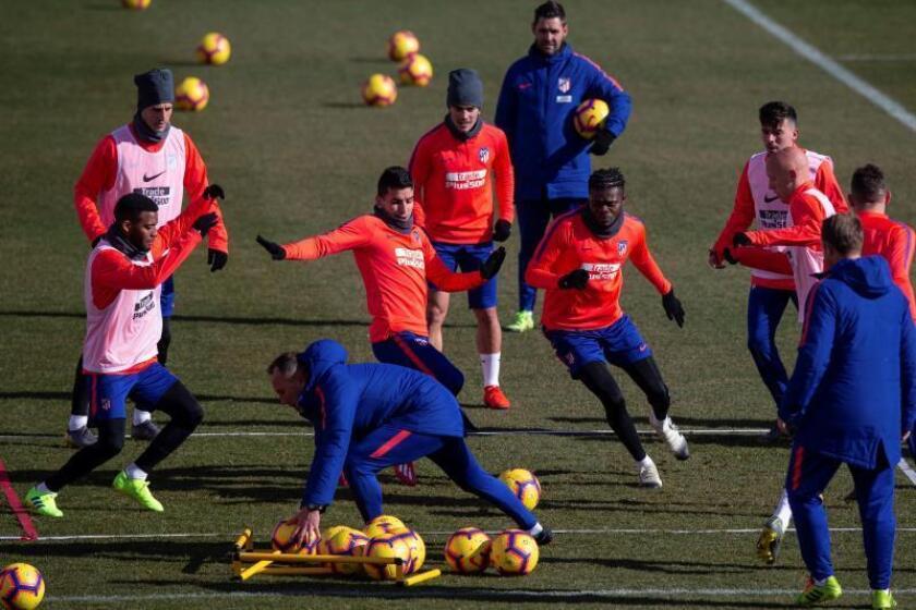 Los jugadores del Atlético de Madrid el centrocampista francés Thomas Lemar (i), el delantero argentino Ángel Correa (c), el delantero francés Antoine Griezmann, y el centrocampista ganés Thomas Partey (2d) , durante un entrenamiento. EFE
