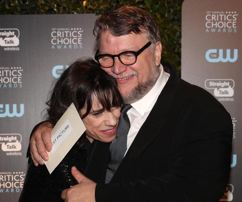 Guiilermo del Toro abraza a la actriz Sally Hawkins durante la reciente ceremonia de los Premios de la Critica. Ella se encuentra nominada a los Premios del SAG de hoy.