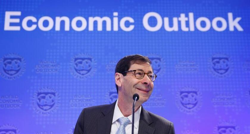 El economista jefe del Fondo Monetario Internacional (FMI), Maurice Obstfeld, atiende a los medios durante la presentación del informe de perspectivas globales, en Washington, EE.UU., el 17 de abril del 2018. EFE