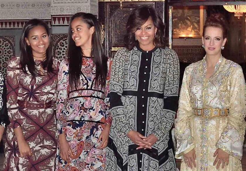 La, entonces, primera dama estadounidense, Michelle Obama (2-d), con sus hijas Sasha Obama (2-i), y Malia Obama (i), posan con la princesa Lalla Salma de Marruecos (d) tras una visita privada en el Palacio del Rey, en Marrakesh (Marruecos), en junio de 2016. EFE/Archivo
