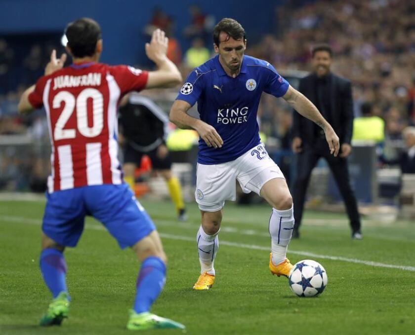 El defensa del Atlético de Madrid Juan Francisco Torres (i) intenta bloquear al delantero argentino José Leonardo Ulloa durante un partido. EFE/Archivo