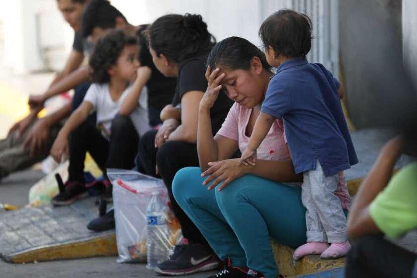 Migrantes esperando en un centro de inmigración en el Puente Internacional I en Nuevo Lared, México.