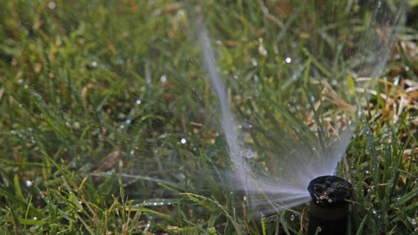 Los funcionarios dijeron que el uso residencial del agua en California cayó un jugoso 29% en mayo, en comparación con mayo de 2013. Arriba, un aspersor en un edificio de apartamentos en Sherman Way.