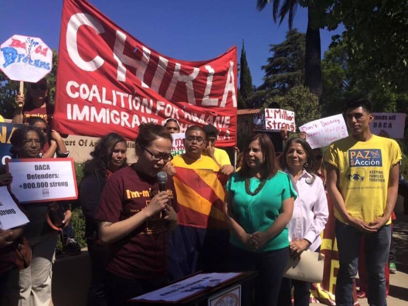 """Durante la protesta, realizada ayer frente a la sede de la corte en Pasadena, al norte de Los Ángeles, los cerca de 100 participantes cantaron consignas como """"¡Arizona aguanta, California se levanta!"""" y pidieron que se les otorgue la posibilidad de obtener licencias de conducir a los beneficiarios del DACA en Arizona."""
