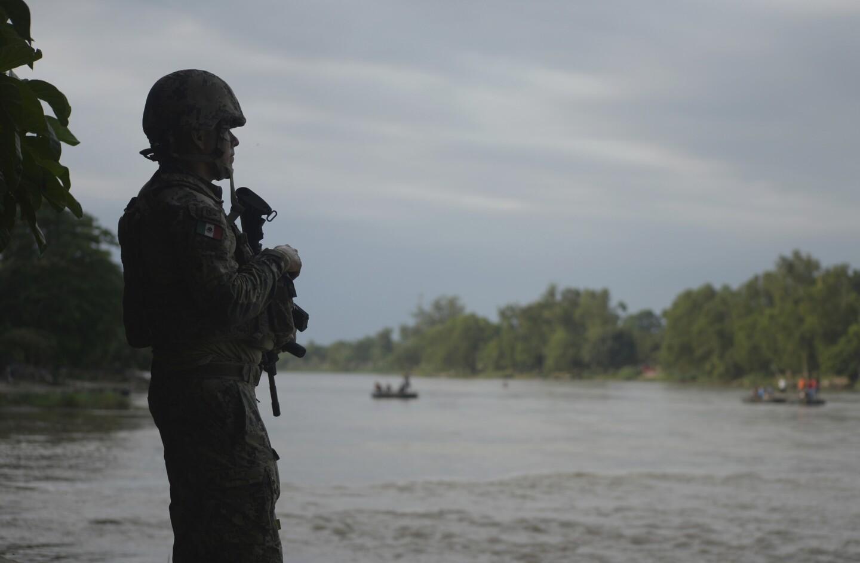Un marino mexicano vigila el río Suchiate, atento a los migrantes que cruzan de Guatemala a Ciudad Hidalgo, México, el domingo 16 de junio de 2019. México enfrenta una presión cada vez mayor por parte de Estados Unidos para reducir la oleada de migrantes, en su mayoría centroamericanos, a través de su territorio. (Foto AP/Idalia Rie)