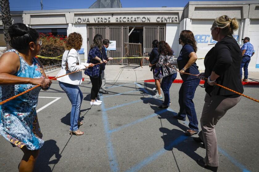En un gesto simbólico, una puerta de entrada al Loma Verde  Recreation Center en Chula Vista fue derribada