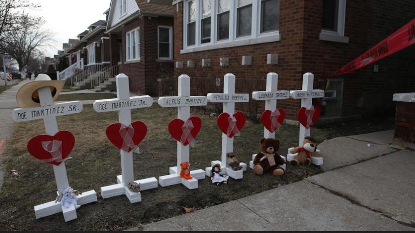 Cruces fueron colocadas frente a la vivienda de la familia asesinada. ABEL URIBE/CHICAGO TRIBUNE