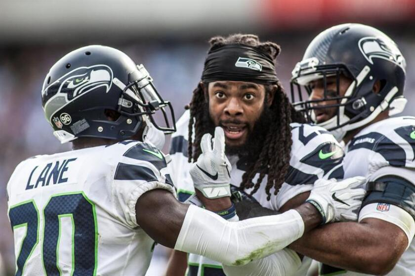 Seattle Seahawks cornerback Richard Sherman (c) at an official in the first half of the NFL game. EFE/Archivo