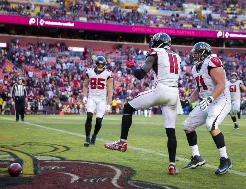 Los jugadores de los Falcons de Atlanta Julio Jones (c), Wes Schweitzer (d) y Eric Saubert (i) en acción en un partido de la NFL contra los Redskins de Washington, disputado en el FedEx Field de Landover, Maryland (EE.UU.), este 4 de noviembre de 2018. EFE