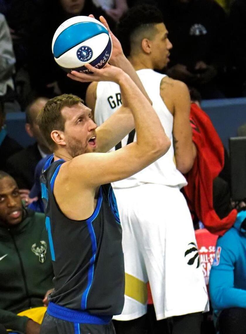 El jugador de los Dallas Mavericks, Dirk Nowitzki, de Alemania, toma un tiro en el concurso Three Point durante el All-Star Saturday Night en el All Star Weekend en el Spectrum Center en Charlotte, Carolina del Norte, EE. UU., 16 de febrero de 2019. (Baloncesto, Alemania, Estados Unidos) EFE