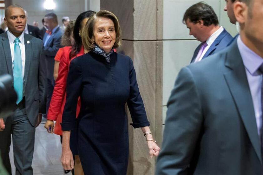 La líder demócrata en el Congreso, Nancy Pelosi, a su salida del Capitolio tras reunirse con los miembros de la Cámara de Representantes donde discutieron aspectos sobre Arabia Saudí y el conflicto en Yemen, en Washington (Estados Unidos), hoy, 13 de diciembre de 2018. EFE