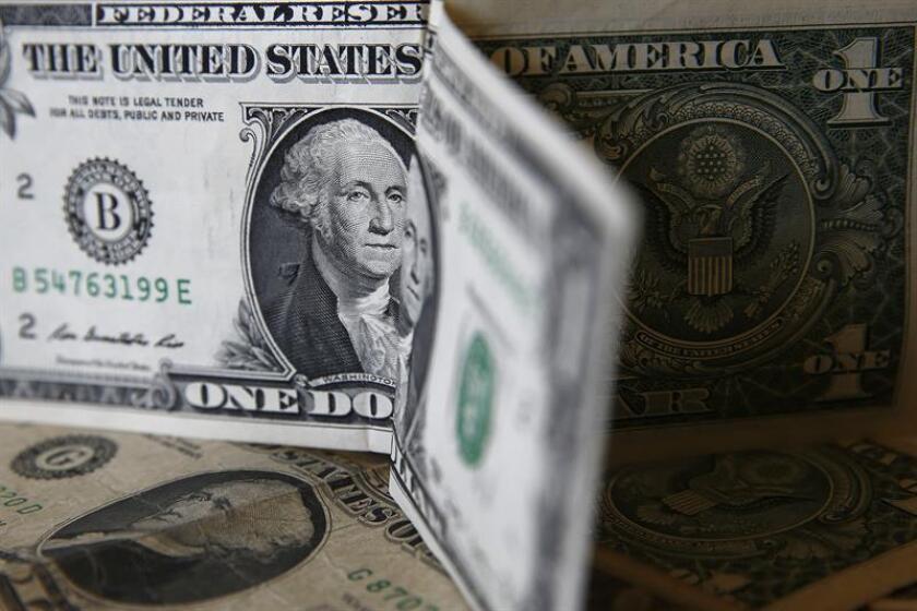 El peso registró hoy un nuevo mínimo histórico al ubicarse en 21,90 unidades por dólar estadounidense en el mercado interbancario, tras la primera rueda de prensa de Donald Trump como presidente electo, en la que reiteró que hará pagar un muro fronterizo a México. EFE/ARCHIVO