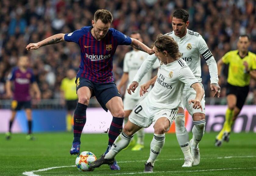 El centrocampista croata del FC Barcelona Ivan Rakitic (i) lucha con su compatriota Luka Modric, del Real Madrid. EFE/Archivo