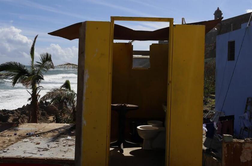 Vista de los destrozos en una vivienda del barrio costero y popular La Perla en San Juan, Puerto Rico, tras el paso del huracán María. EFE/Archivo