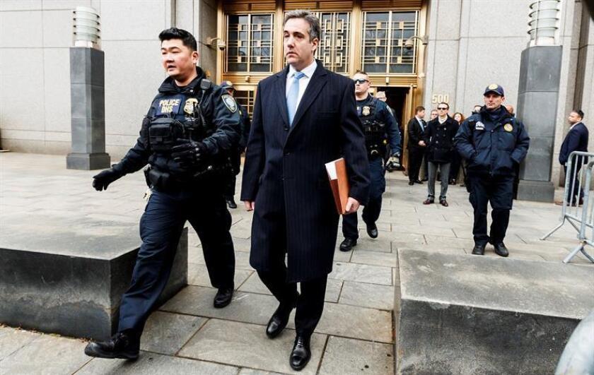 El exabogado personal de Donald Trump, Michael Cohen (d), a la salida del Tribunal Federal de Estados Unidos en Nueva York (Estados Unidos). EFE