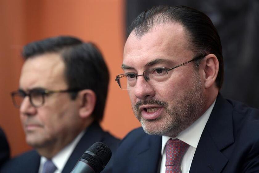 El canciller mexicano, Luis Videgaray (i), habla junto al secretario de Economía, Ildefonso Guajardo (i), en una rueda de prensa. EFE/Archivo