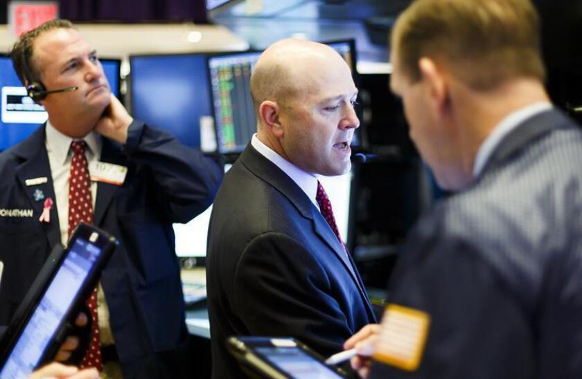 Wall Street workers ply their trade on Nov. 12, 2018, on a day when the Dow Jones Industrial Average lost more than 602 points, or 2.32 percent. EFE-EPA/ Justin Lane