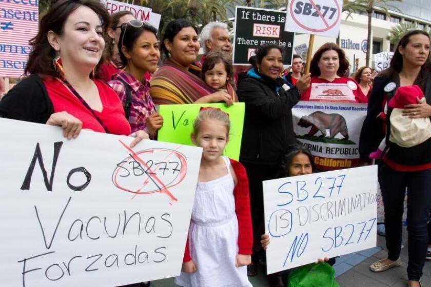Fotografía de archivo fechada el 16 de mayo de 2015 que muestra a un grupo de mujeres que protesta en Anaheim, California (EE.UU.), contra el entonces proyecto de ley para eliminar las excepciones a la aplicación de vacunas a menores que quieran asistir a guarderías y escuelas públicas estadounidenses. EFE/Felipe Chacón/Archivo