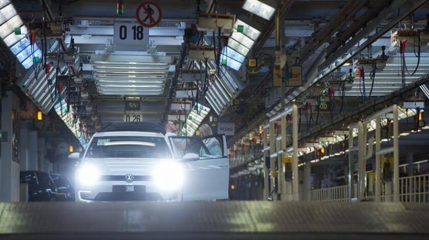 Dos trabajadores de la ensambladora de Volkswagen AG. EFE/Archivo