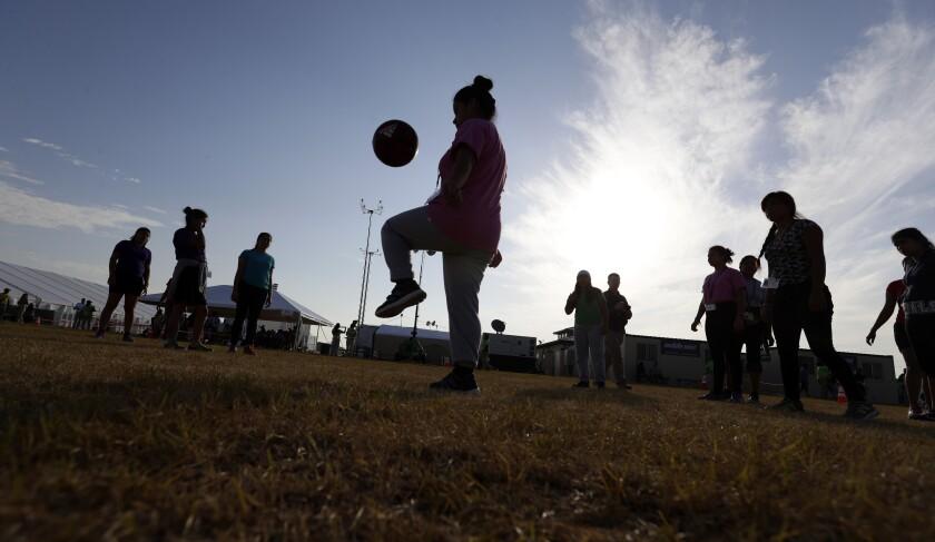 ARCHIVO - En esta imagen de archivo del 9 de julio de 2019, un grupo de migrantes juega fútbol en un centro de detención para niños migrantes, en Carrizo Springs, Texas. (AP Foto/Eric Gay, archivo)