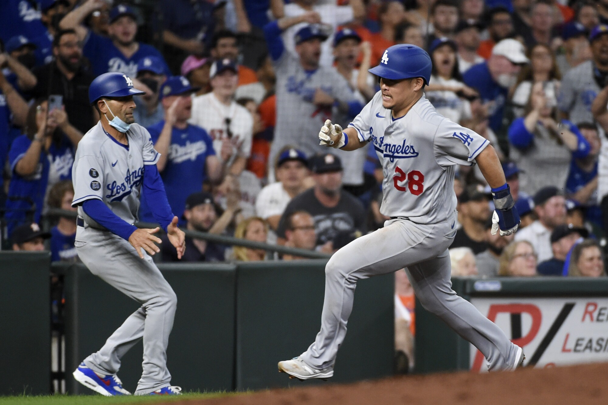 Yosi Tsutsugo scores for the Dodgers in the third inning.