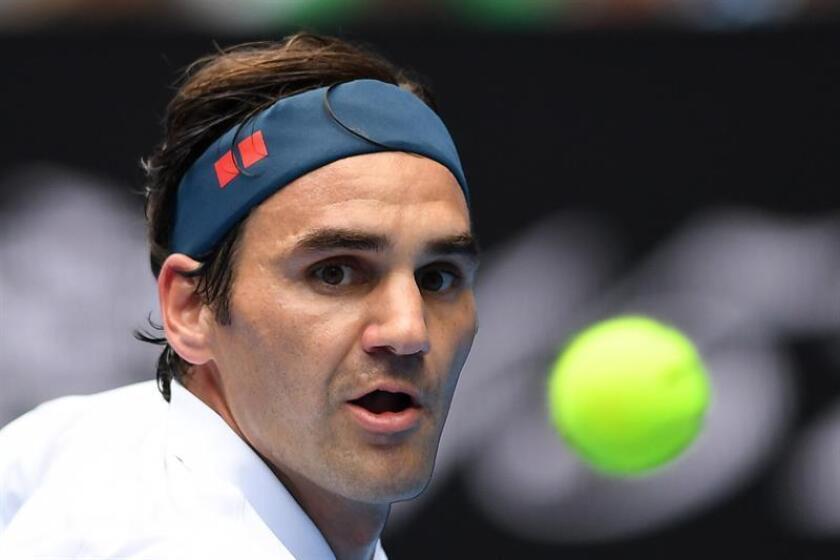 Roger Federer de Suiza en acción ante Daniel Evans de R.Unido hoy, durante un partido del Abierto de Australia disputado en Melbourne (Australia). EFE