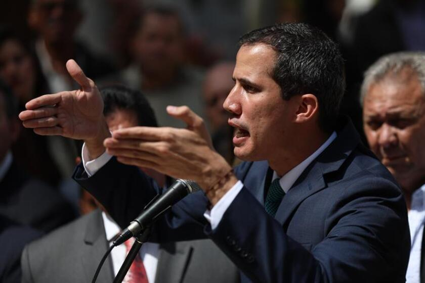 El presidente de la Asamblea Nacional, Juan Guaidó (c), quien se proclamó presidente interino de Venezuela hace casi dos semanas, ofrece declaraciones este lunes en Caracas (Venezuela). EFE