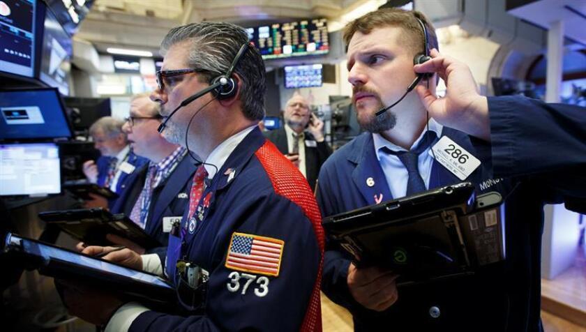 Wall Street se desinfló hoy en la recta final de la jornada y cerró en terreno mixto, con una leve subida del 0,01 % de su principal indicador, el Dow Jones de Industriales, mientras que el índice Nasdaq cayó un 1,05 %. EFE/ARCHIVO