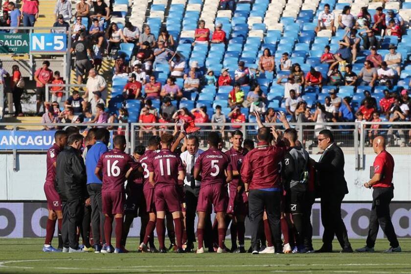 Los jugadores de Venezuela fueron registrados este miércoles al celebrar su victoria sobre Bolivia, al final de un partido del grupo A del Campeonato Sudamericano Sub20 de fútbol 2019, en el Estadio El Teniente de Rancagua (Chile). EFE