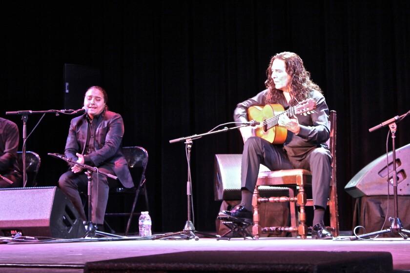 El célebre guitarrista Tomatito (al frente) al lado del 'cantaor' Kiki Cortiñas durante la presentación del fin de semana pasado en el Wilshire Ebell Theatre de Beverly Hills.