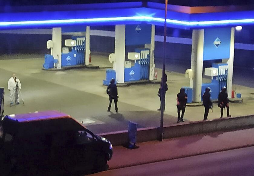 La policía monta guardia en una gasolinera en Idar-Oberstein, Alemania, 10 de setiembre de 2021. La policía dijo que un hombre de 49 años está preso en conexión con el asesinato de un empleado de la gasolinera que presuntamente se negó a venderle cerveza porque el hombre no llevaba puesta una mascarilla. (Christian Schulz/Foto Hosser/dpa via AP)