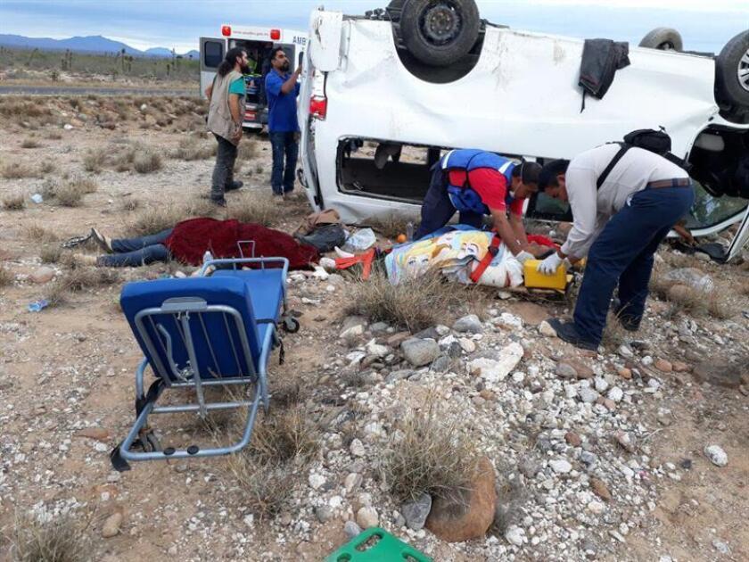 Socorristas atienden a los ocupantes de uno de los vehículos que formaba parte de la caravana de la aspirante presidencial indígena Marichuy este miércoles, 14 de febrero, tras un accidente en el tramo carretero entre San Ignacio y Vizcaíno, en el estado de Baja California Sur (México). EFE