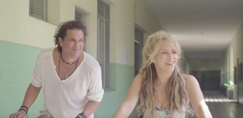 Los artistas colombianos, Shakira y Carlos Vives, dan un paseo en bicicleta por varias locaciones de su natal colombia en el video de una canción que seguro pondrá a bailar a más de uno.